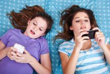 Tweens texting (iStock)